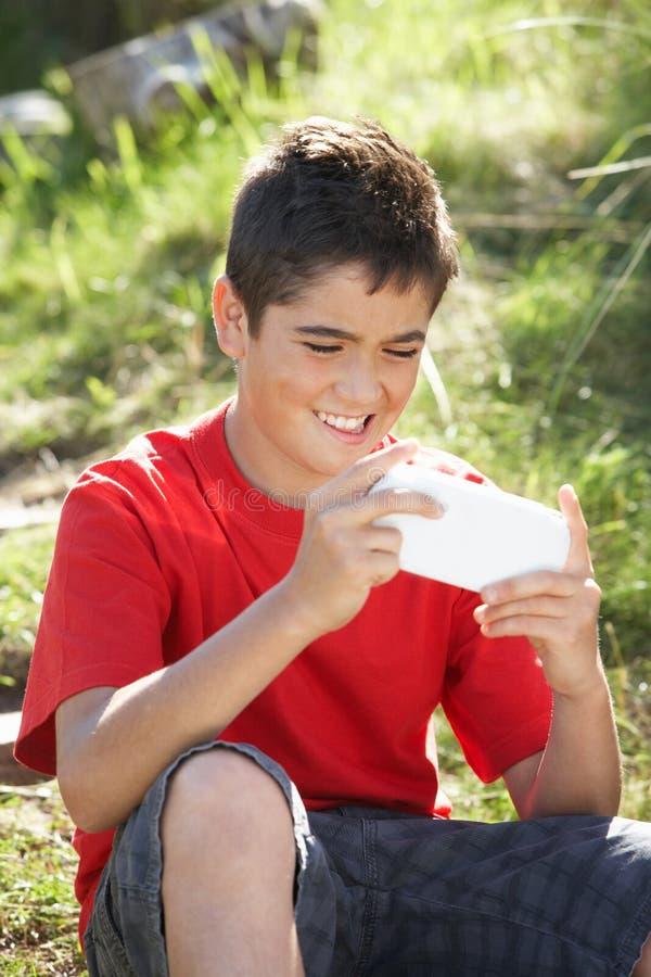 играть компютерной игры мальчика подростковый стоковые фото
