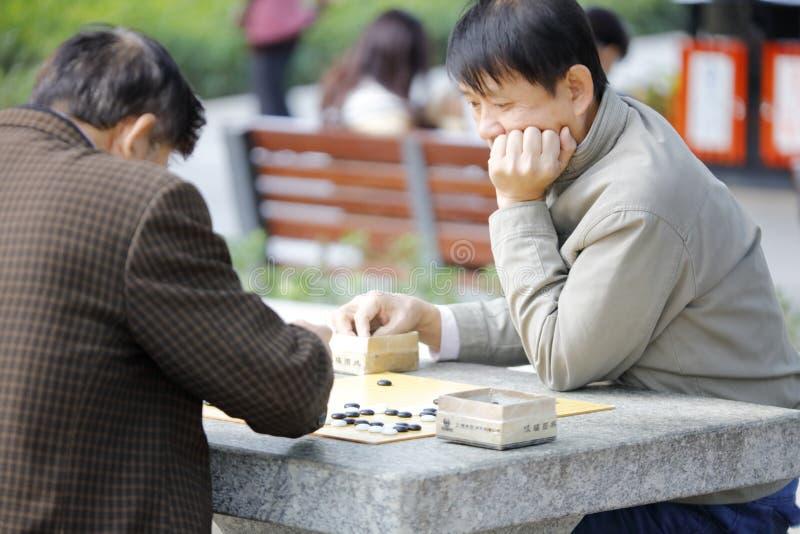 Играть людей идет шахмат в парке zhongshan xiamen, самана rgb стоковая фотография rf
