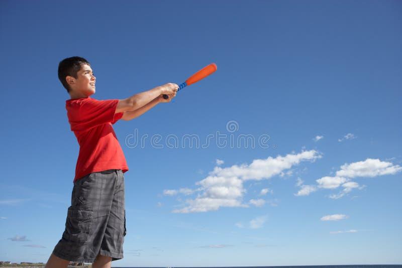 играть мальчика бейсбола подростковый стоковое изображение rf