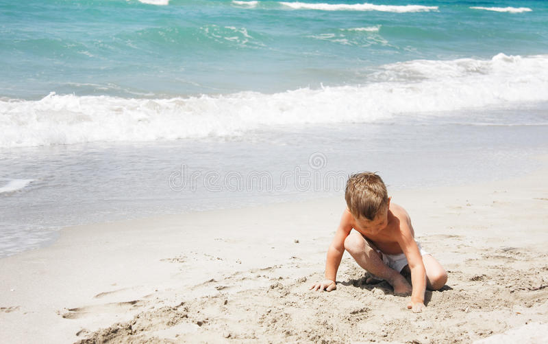 играть мальчика пляжа стоковые фото