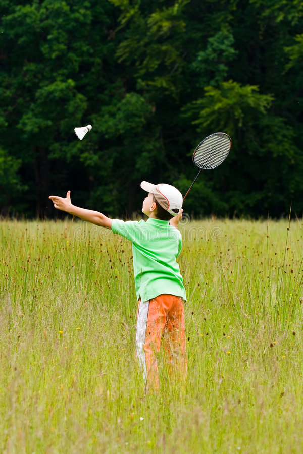 играть мальчика badminton стоковая фотография rf