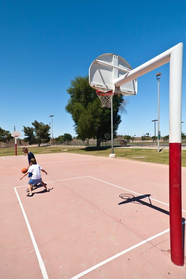 играть мальчиков баскетбола стоковое фото rf
