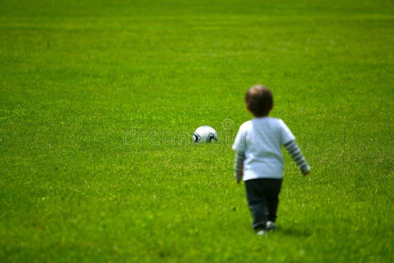 играть мальчика шарика стоковые фотографии rf