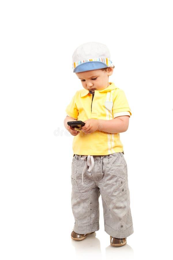 играть мобильного телефона мальчика стоковое фото rf