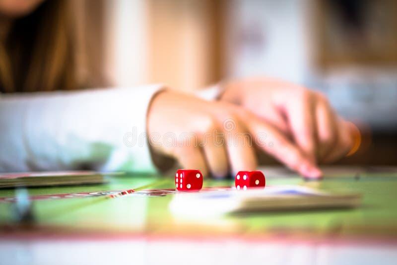 Играть монополию стоковая фотография rf