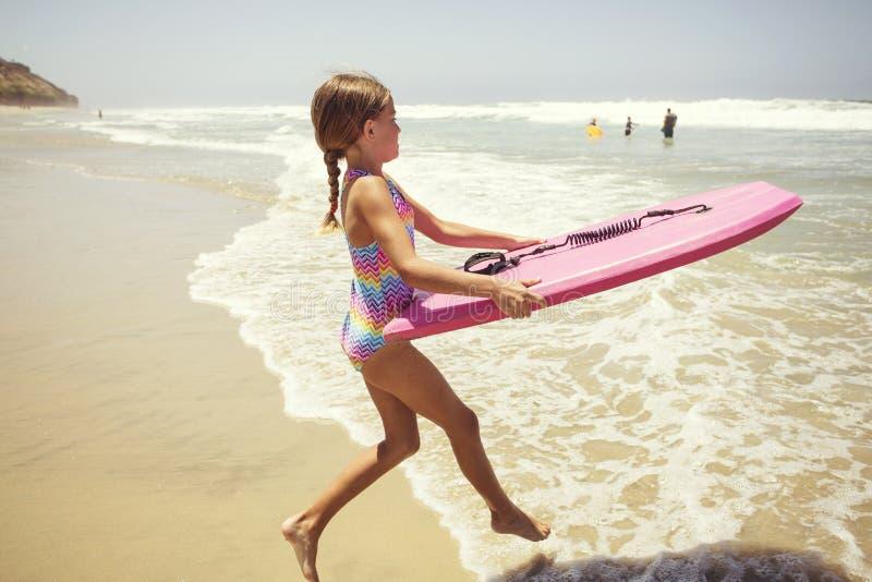 Играть на пляже на летних каникулах стоковое изображение rf