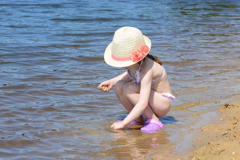 Играть на речном береге стоковое фото