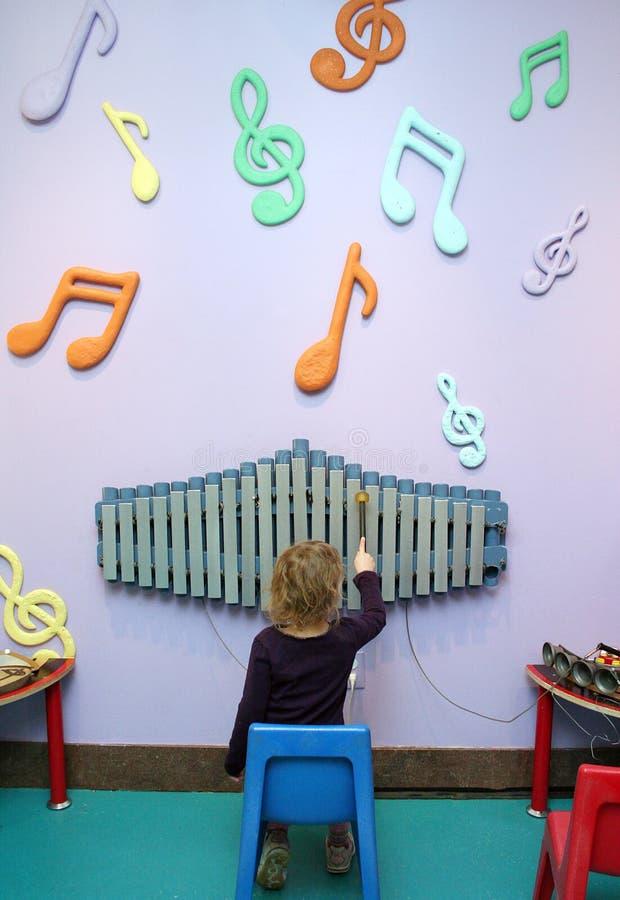 играть нот ребенка стоковое изображение