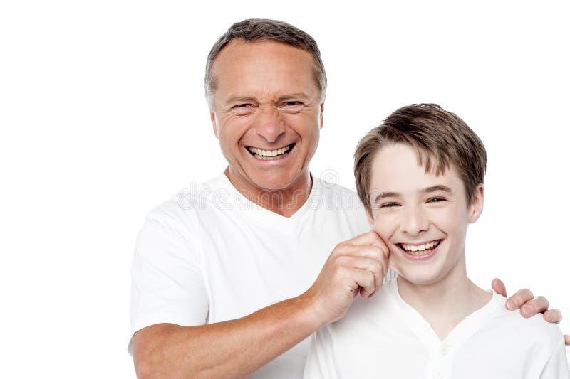 Играть отца и сына, сжимая щеки стоковые фотографии rf