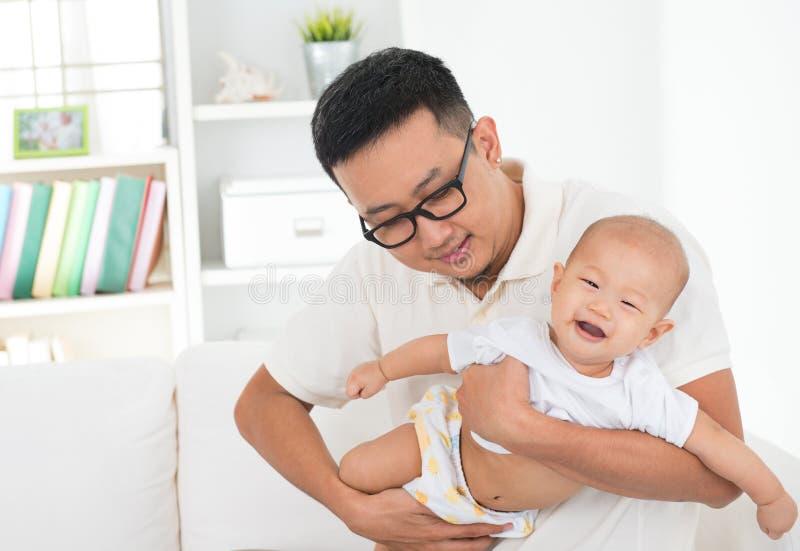 играть отца младенца стоковая фотография