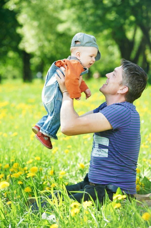 играть отца ребенка мальчика стоковая фотография rf