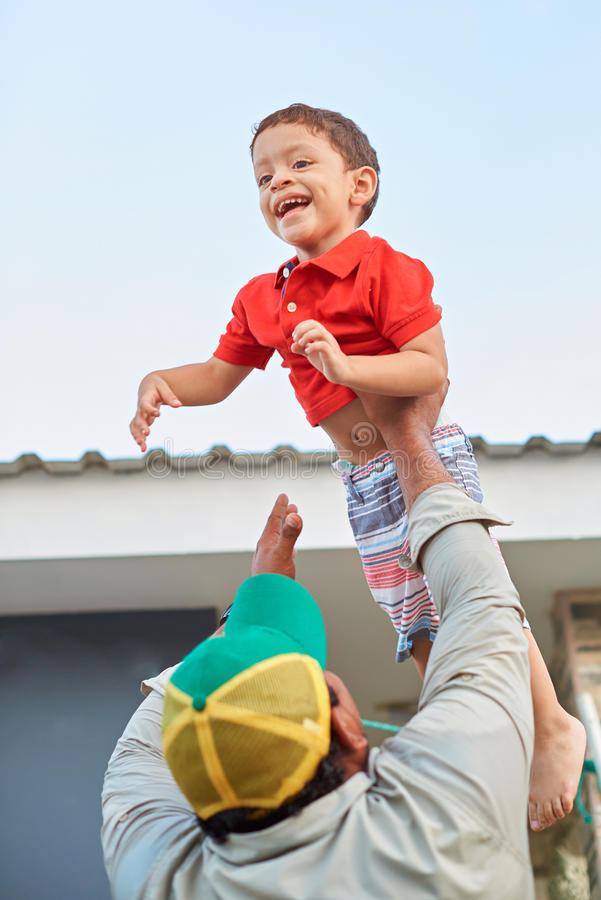 Играть отца с ребенк сына стоковая фотография