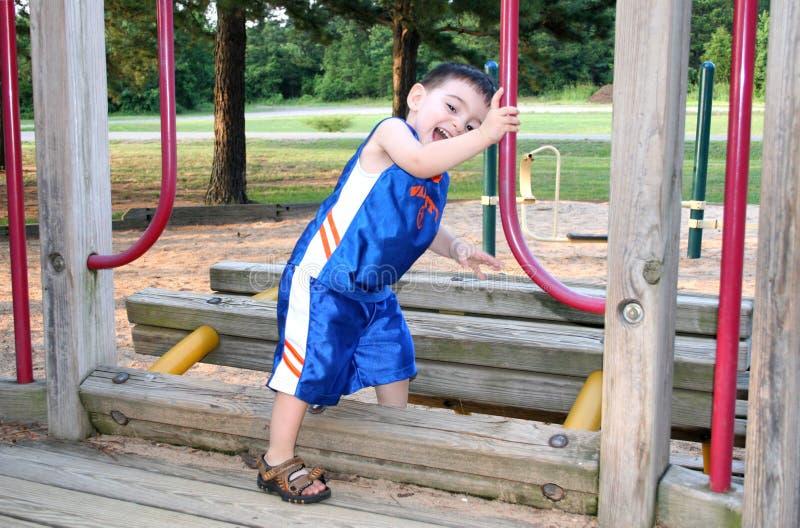 играть парка мальчика смеясь над стоковые изображения rf