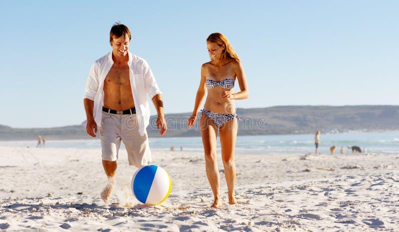играть пар пляжа шарика стоковое фото rf