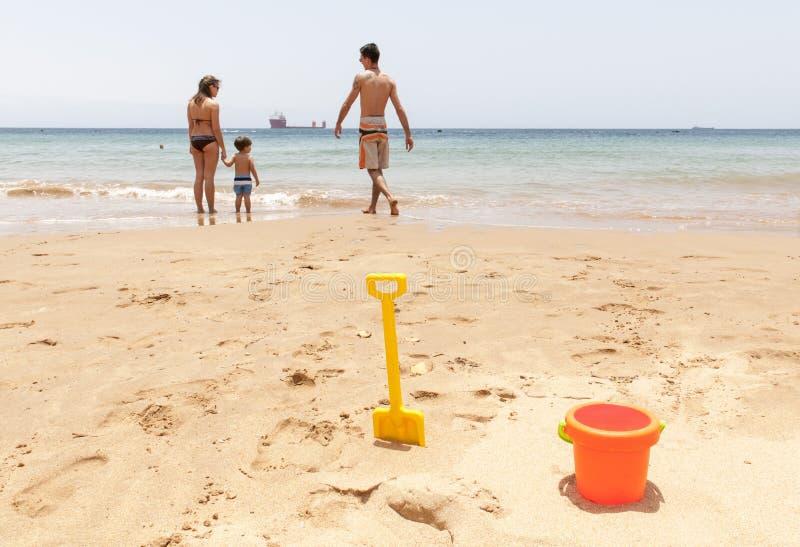 играть семьи пляжа счастливый стоковые изображения