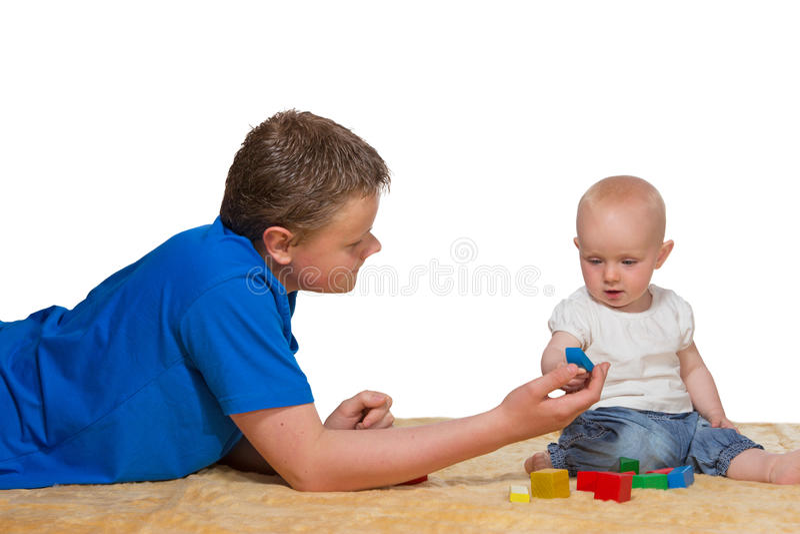 играть старшего брата младенца стоковые фото