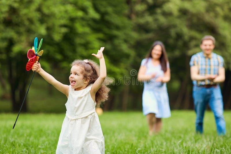 Играть счастливой семьи идя в парке стоковые фотографии rf
