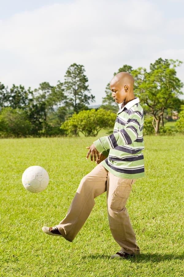 играть футбола мальчика стоковое фото