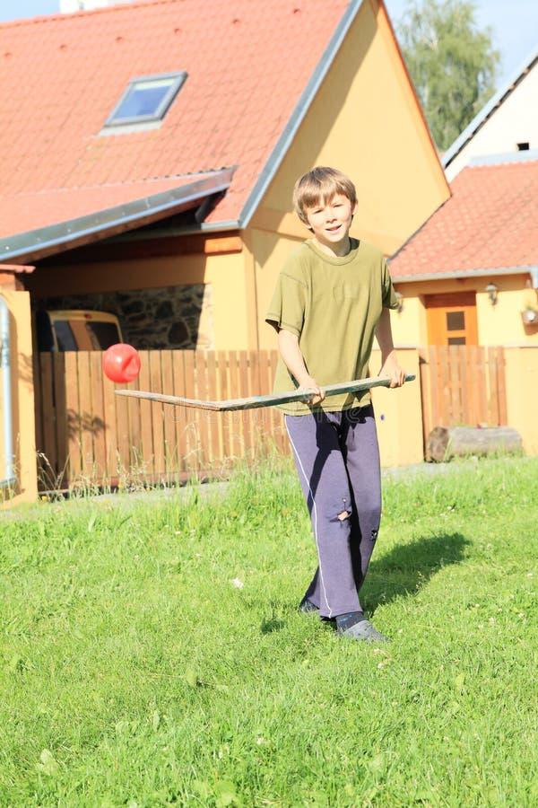 играть хоккея мальчика стоковые изображения