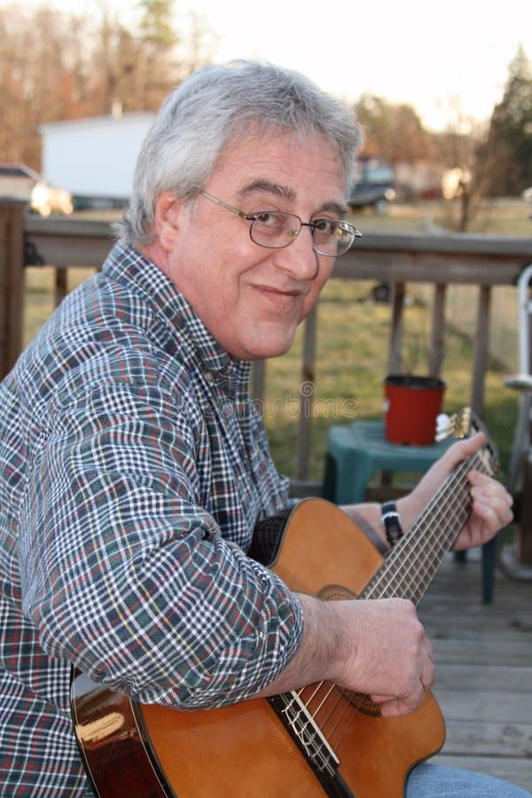 играть человека гитары стоковые изображения rf