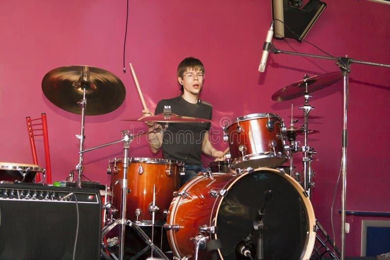 играть человека барабанчика стоковые изображения rf