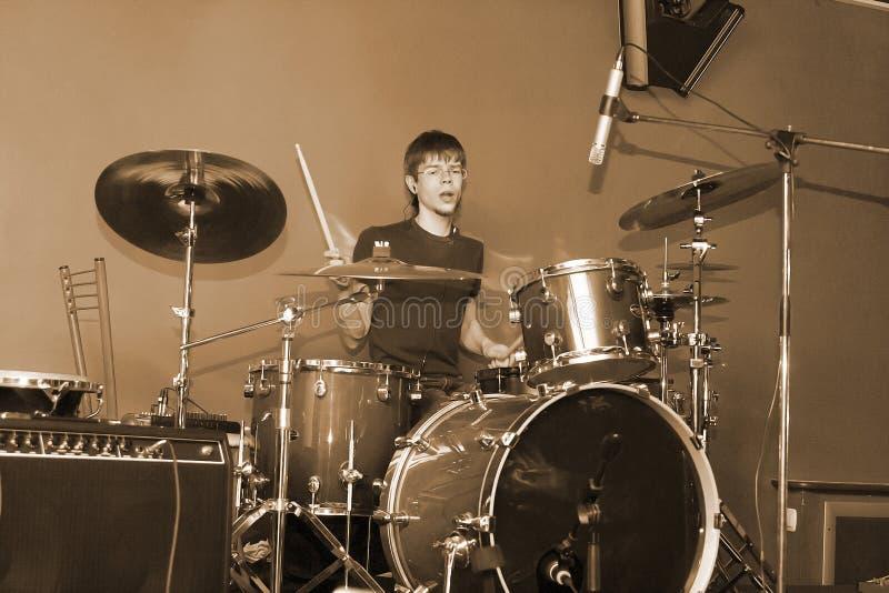 играть человека барабанчика стоковое фото rf