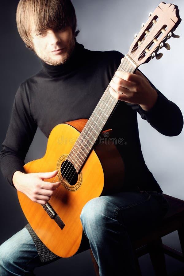 играть человека гитары красивый стоковое фото rf