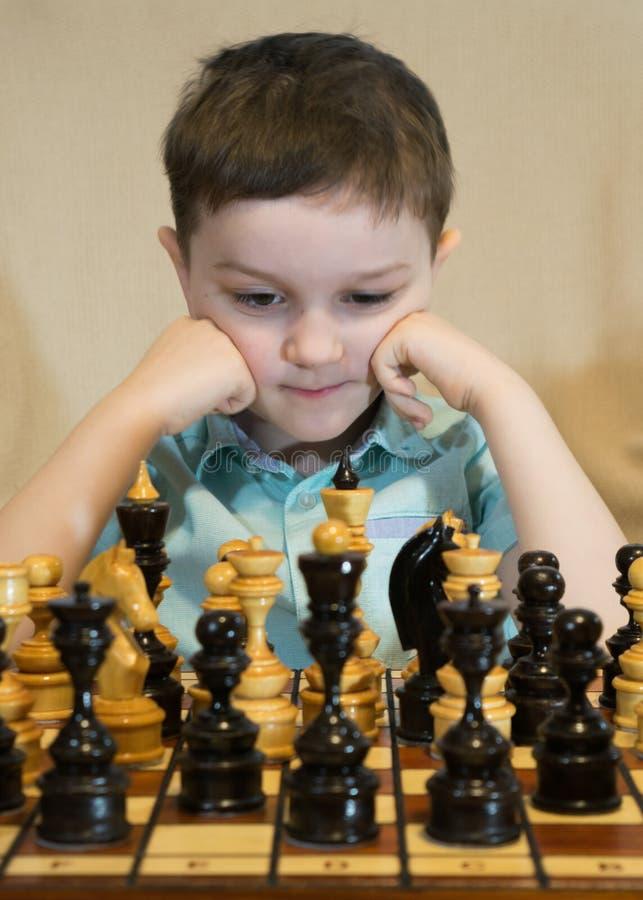играть шахмат мальчика стоковое фото rf