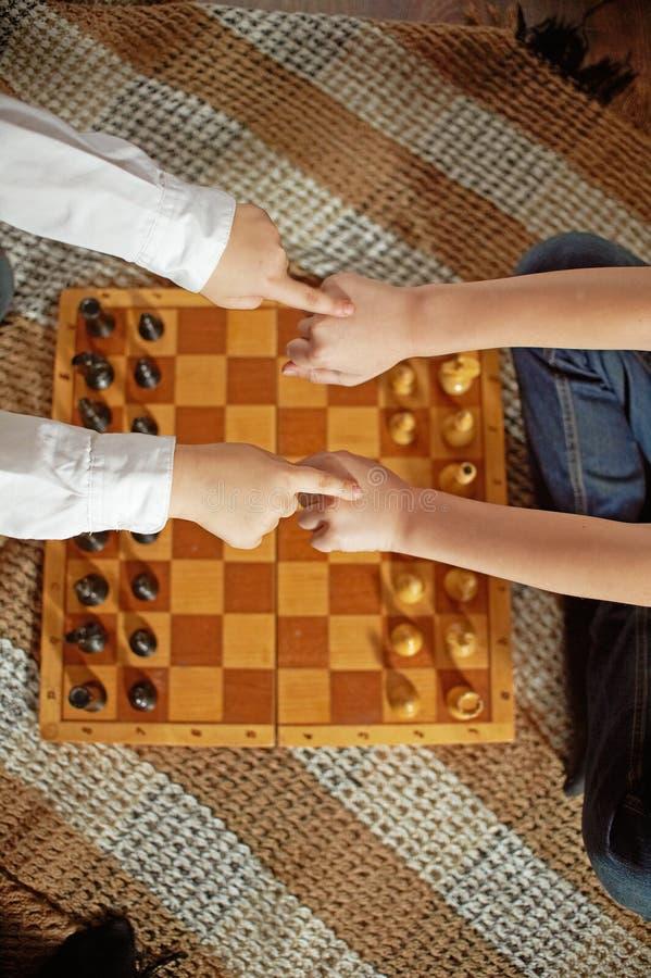 играть шахмат мальчика стоковое изображение