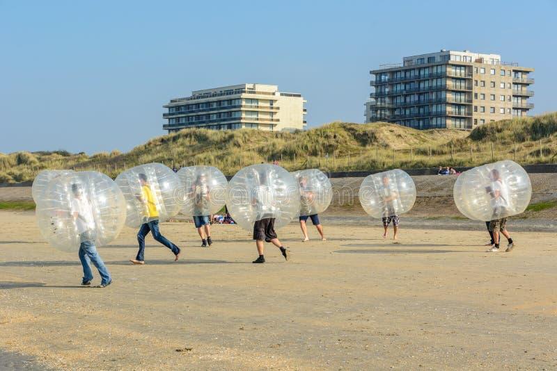 Играть bumping футбол на пляже стоковые фотографии rf