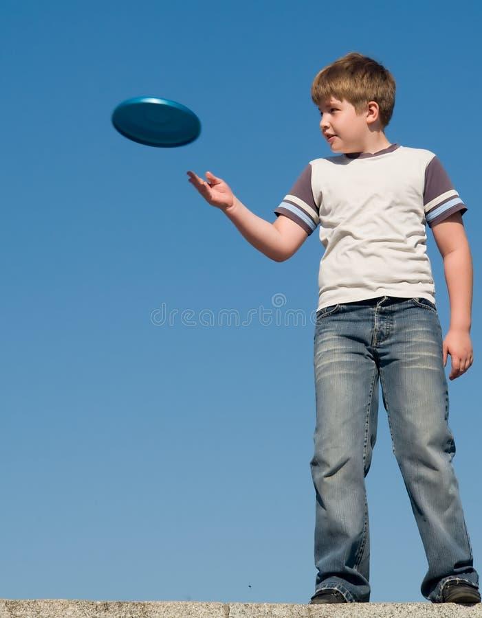 играть frisbee мальчика стоковые фотографии rf