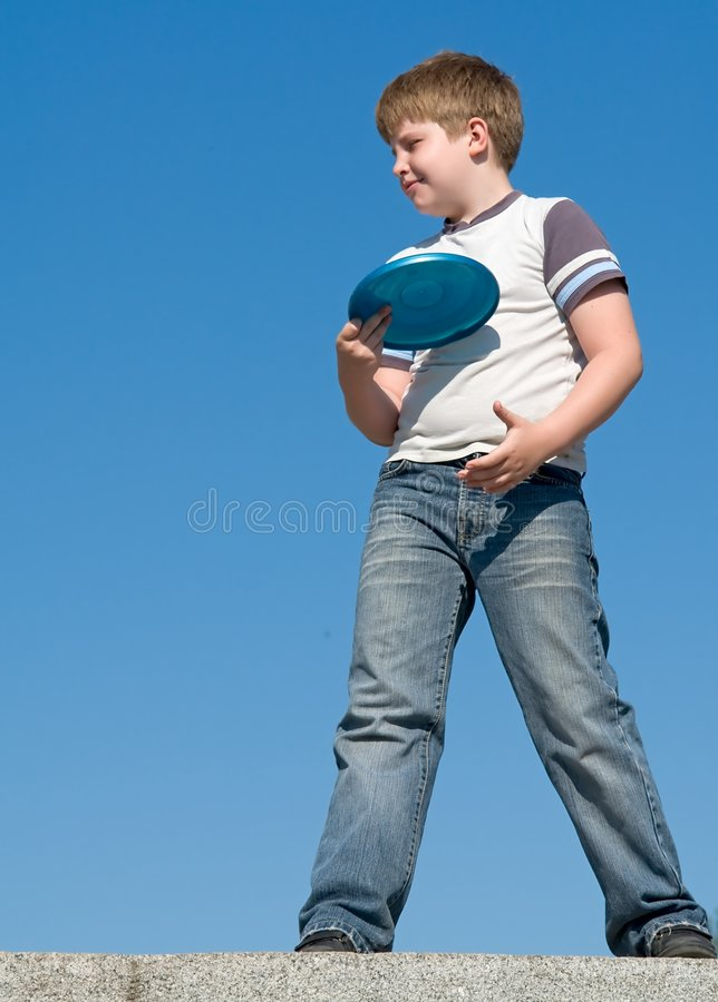 играть frisbee мальчика стоковая фотография