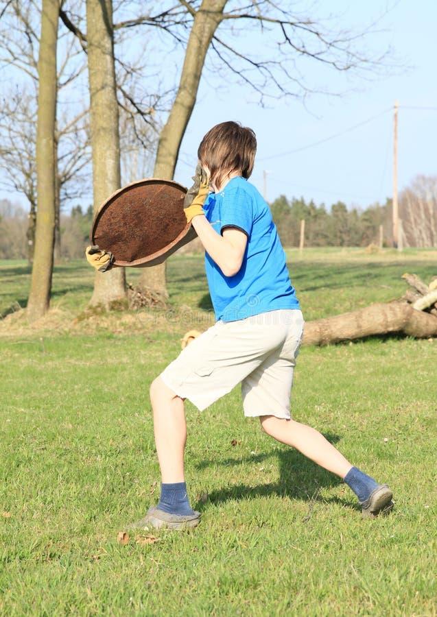играть frisbee мальчика стоковые фото
