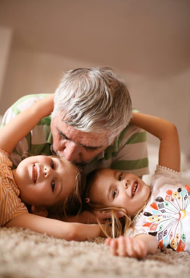 Играть Grandpa и внучек стоковое изображение