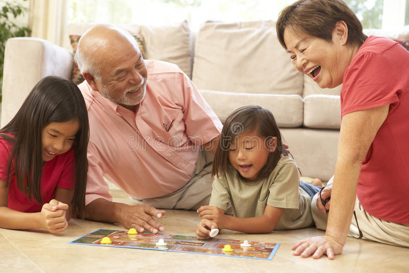 играть grandparents внучат настольной игры стоковые изображения