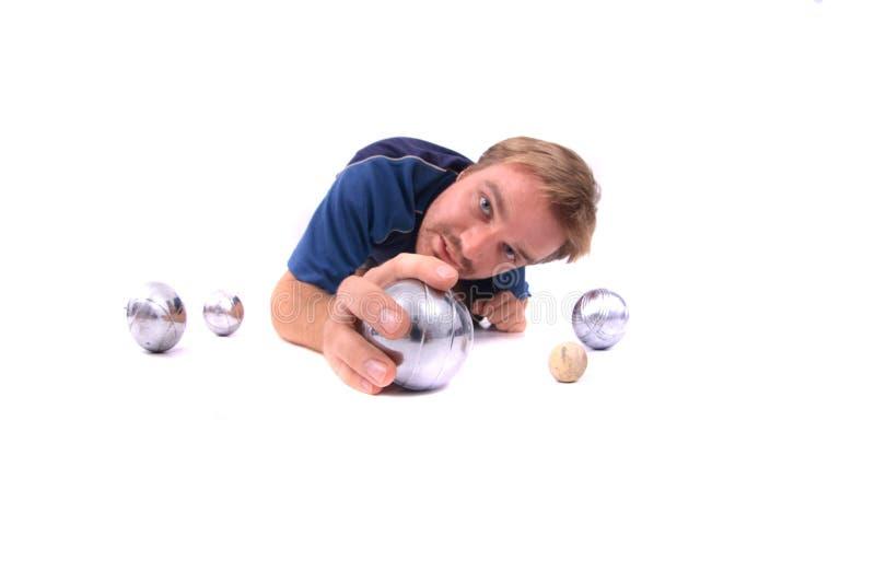 играть petanque человека стоковое фото