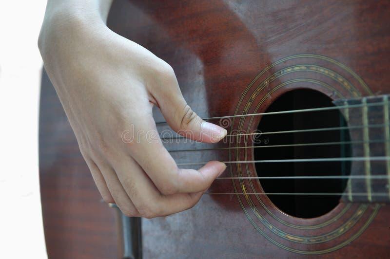 Играющ гитару изолированную на белизне стоковое изображение