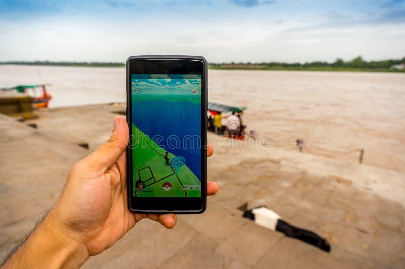 Играющ pokemon пойдите на речной берег в Индии стоковая фотография