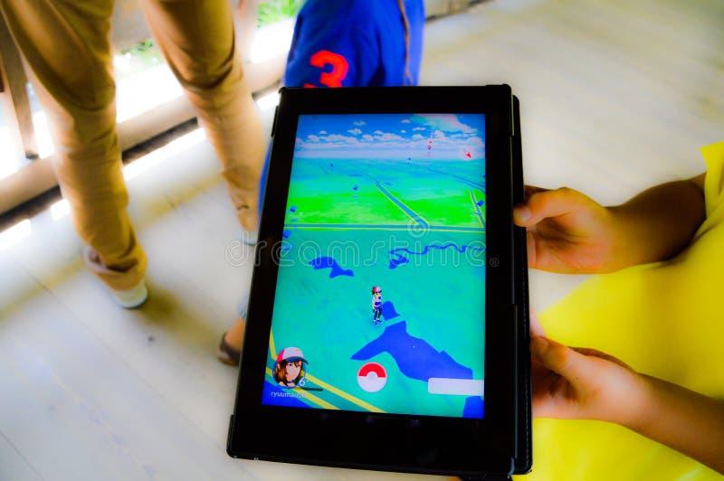 Играющ Pokemon пойдите стоковое изображение