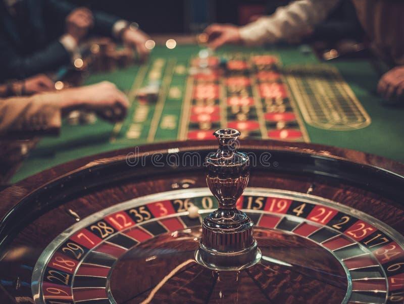 Играя в азартные игры таблица в роскошном казино стоковая фотография rf