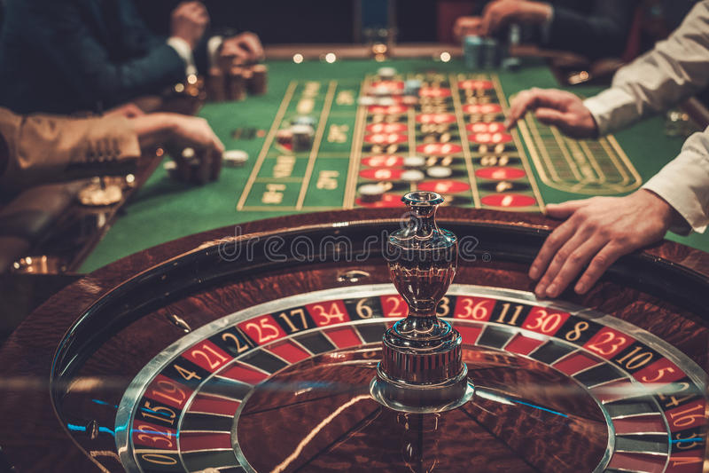 Играя в азартные игры таблица в роскошном казино стоковые фото