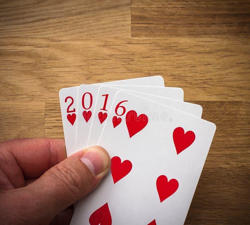 Играя карточка 2016 с сердцем на древесине стоковое изображение