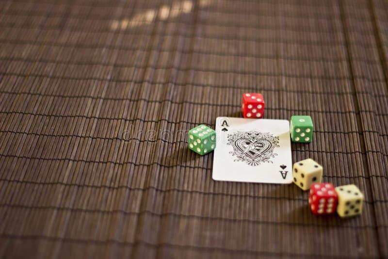 Играя карточка с Dices стоковые изображения