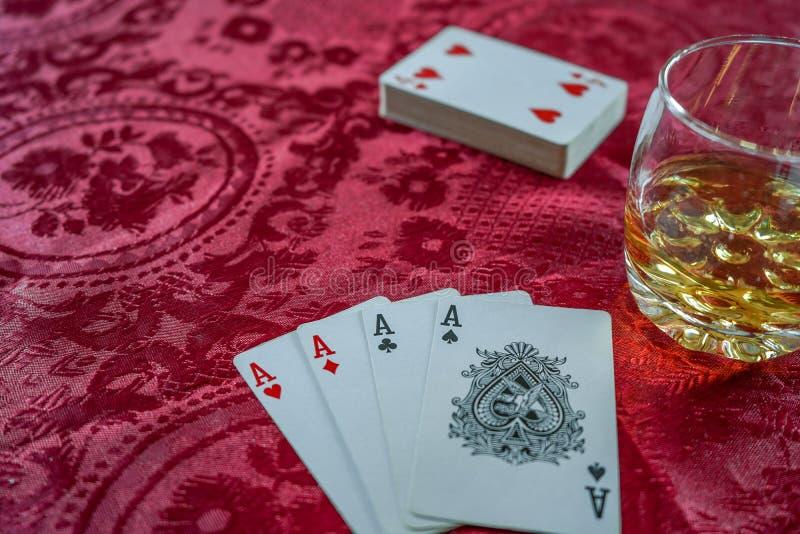 Играя карточки с которыми шотландское whiske стоковые изображения