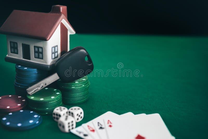 Игра в покер с высокими кольями на таблице стоковые фотографии rf
