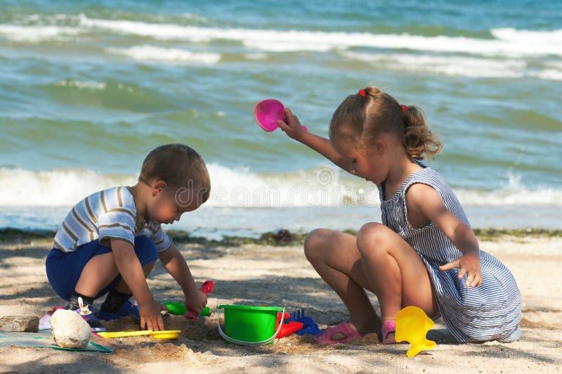 игра детей пляжа стоковая фотография