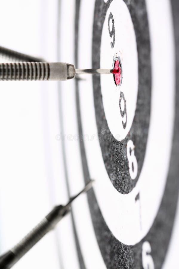 Игра дротика вставляет вне в центре красного цвета стоковые фотографии rf