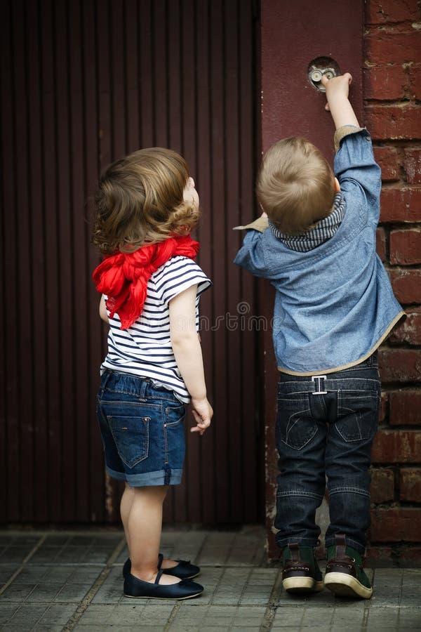 Игра детей с внутренной связью стоковое фото rf