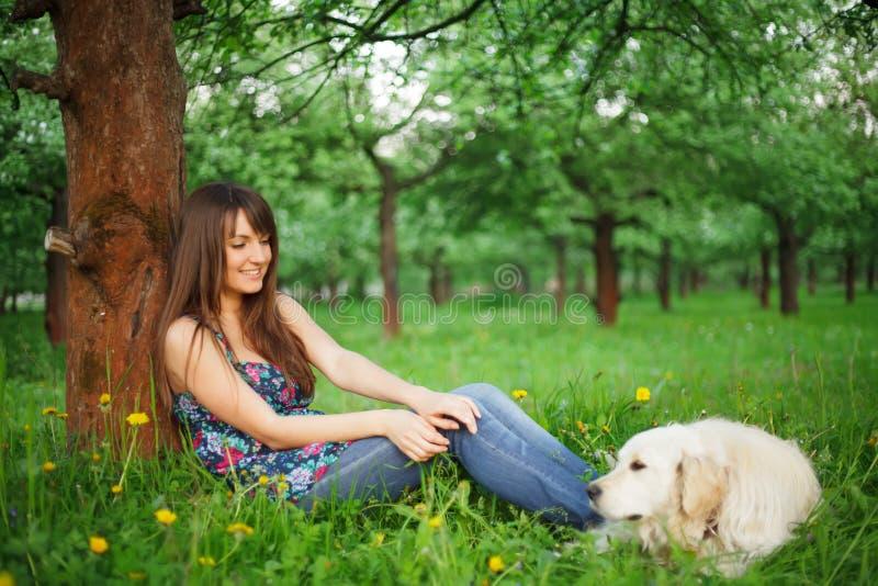 Игра женщины с ее собакой стоковая фотография rf