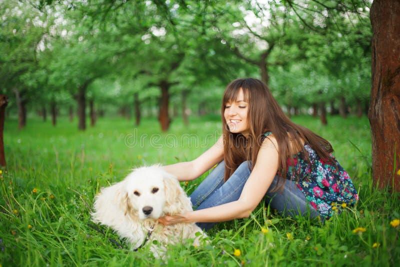 Игра женщины с ее собакой стоковое фото rf